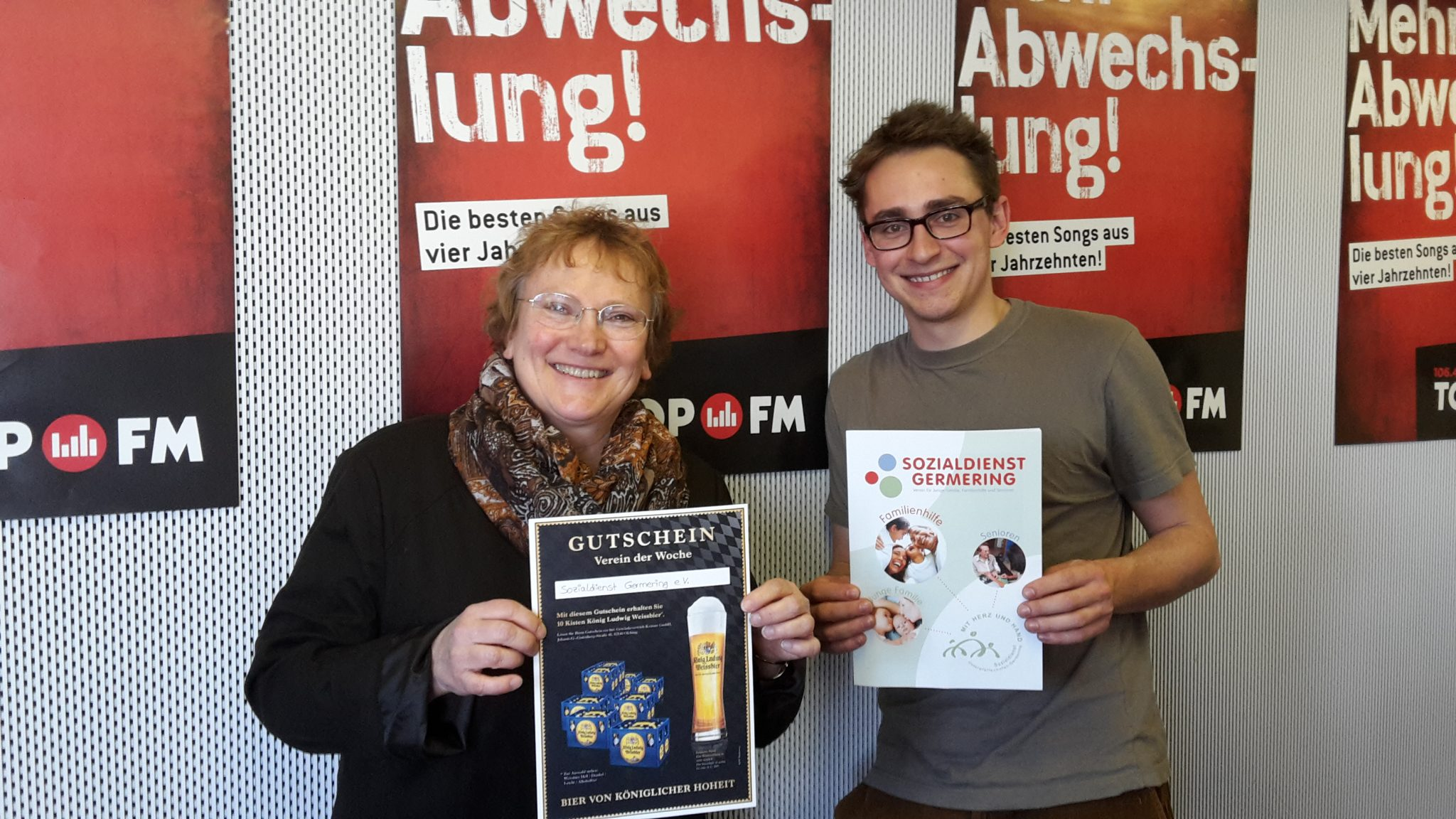 Geschäftsleiterin Sabine Brügel-Fritzen beim Interview mit Redakteur David Boos bei der Ernennung zum Verein der Woche durch TOPFM